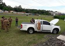 PM persegue suspeito em carro roubado com cigarro contrabandeado