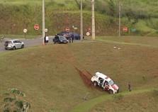 Viatura cai em barranco após motorista embriagado provocar acidente