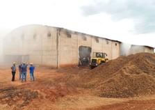 Incêndio destrói barracão que armezanava amendoim no Sumaré