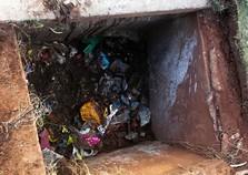 Até roda de motocicleta é encontrada em limpeza de bueiros em Umuarama