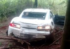 Camaro com placas de Umuarama fica destruído após capotar na PR-490