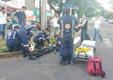 Dois motociclistas ficam feridos após acidente no centro da cidade