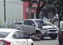 Foto de motociclista estirado sobre capô de caminhonete viraliza