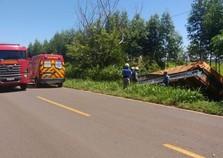 Motorista perde controle e caminhão cai em barranco na PR-468