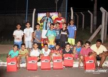 Empresário doa pares de tênis para crianças de projeto no Sonho Meu