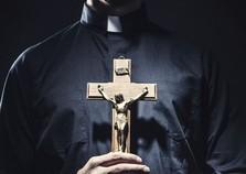 Mulher procura exorcista para ajudar filha supostamente 'possuída'