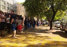 Eleitores chegam cedo e enfrentam fila quilométrica para fazer biometria