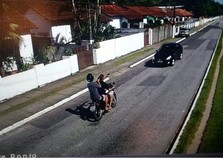 Bandidos armados roubam carro em Angra e ação é flagrada por câmera