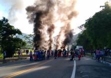 Protesto fecha os dois sentidos da BR-101, em Angra dos Reis