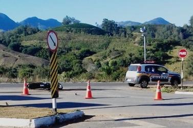Motociclista morre ao bater em placa de sinalização em Andradas