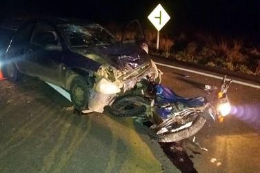 Acidente entre carro e moto deixa quatro feridos na BR-459