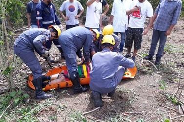 Bombeiros resgatam piloto após queda de paraglider