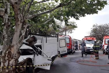 Homem fica ferido após bater carro em árvore em Poços de Caldas