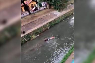 Bombeiros resgatam homem alcoolizado em rio que corta a Avenida João Pinheiro