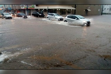 Chuva forte causa estragos em Poços de Caldas