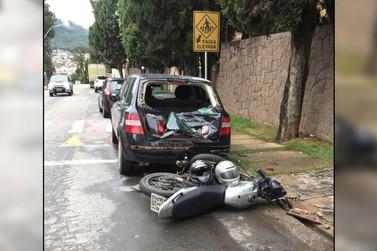 Duas pessoas ficam feridas em acidente entre carro e motocicleta em Poços