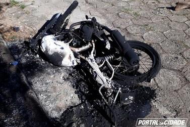 Moto furtada é encontrada queimada no centro de Andradas