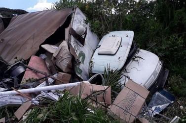 Caminhão tomba na MG-455, próximo a Andradas