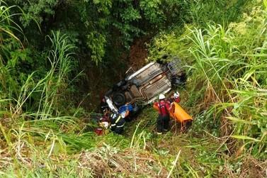 Carro cai em barranco de 15 metros de altura em acidente na BR-459