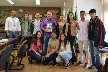 Alunos da Escola Padrão de Poços de Caldas criam guia turístico bilíngue