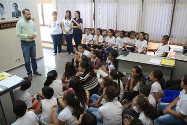 Estudantes de escolas municipais visitam Prefeitura de Andradas