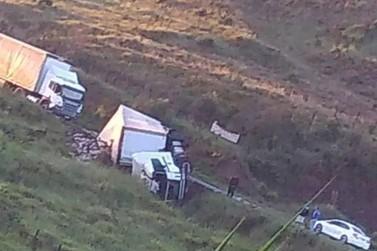 Caminhão tomba na LMG-877 e complica o trânsito no local