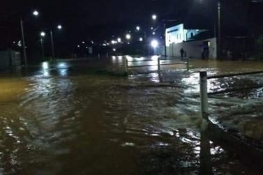 Chuva forte alaga ruas na zona sul de Poços de Caldas