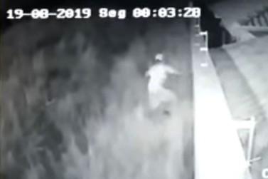Criminoso corta cabo de câmera e furta casa no Portal da Mantiqueira II