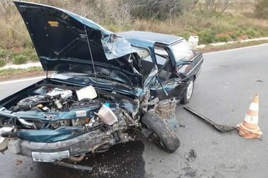 Idoso fica ferido em acidente entre carro e guincho na BR-459