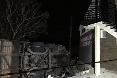 Ônibus tomba e deixa cinco feridos em Poços de Caldas