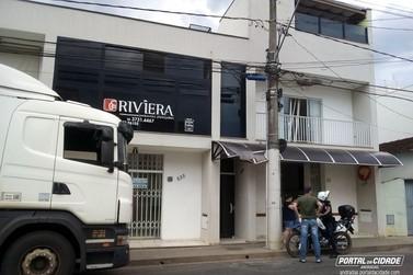 Carreta bate em poste na Rua Coronel Eduardo Amaral, em Andradas