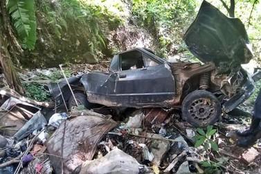 Motorista perde o freio e cai com carro em galeria de esgoto