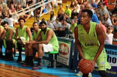 Time de basquete profissional da UNIFAE realiza jogo em Andradas