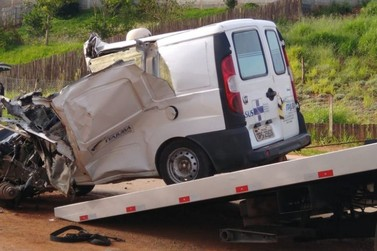 Ambulância e caminhão batem e motorista morre na BR-459