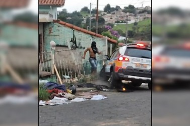 Homem é filmado em Andradas com faca na cintura