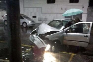 Idosa bate carro violentamente contra poste em Poços de Caldas
