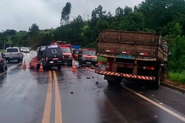 Motorista de carro funerário morre após bater em caminhão na BR-146