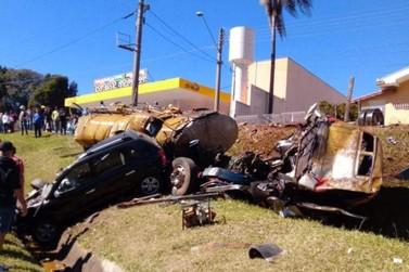 Acidente entre caminhão e carro deixa feridos graves no Marco Divisório