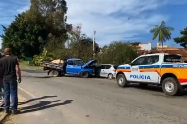 Carro e caminhonete batem na entrada da Vila Leandro Previato