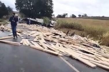 Caminhão carregado com madeira se envolve em acidente na MG-455