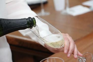 Produção de vinhos espumantes é o tema de Informe Agropecuário da Epamig