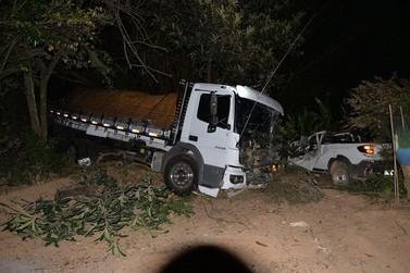 Acidente entre caminhão e caminhonetes termina em tragédia na MG-455