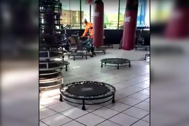 Bombeiros resgatam capivara em academia no centro de Andradas
