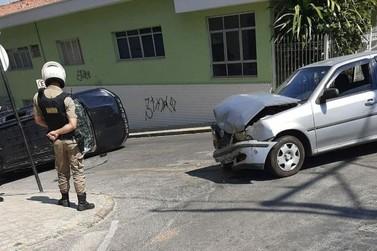 Carro capota no centro de Andradas após ser atingido por outro veículo