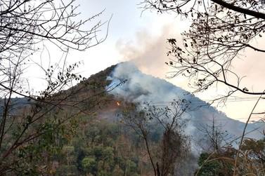 Incêndio destrói vegetação na Serra do Caracol, em Andradas