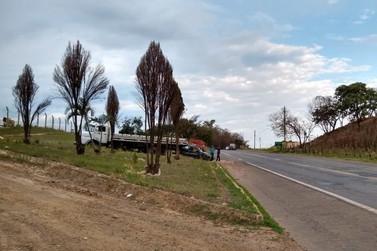 Carro e caminhão se envolvem em acidente na MG-455, em Andradas