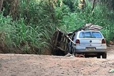 Homem sem habilitação bate com carro em carroça na zona rural de Andradas