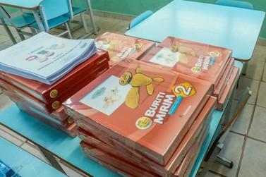 Alunos da Educação Infantil em Andradas recebem apostilas para ensino remoto