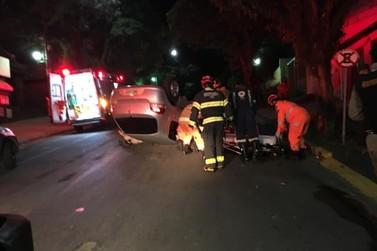 Veículo capota durante a madrugada na Rua Assis Figueiredo, em Poços de Caldas