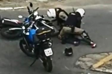 Vídeo mostra homem algemado sendo agredido por policiais